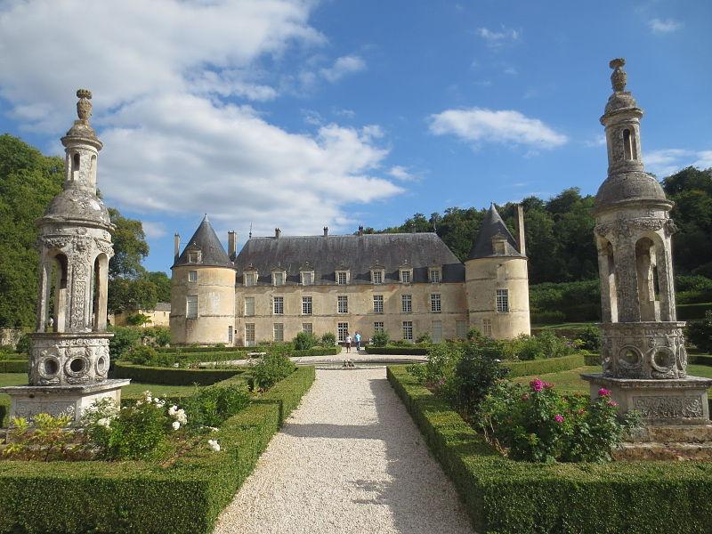 Château de Bussy-Rabutin By Arnaud 25 (Own work) CC BY-SA 3.0 via Wikimedia Commons