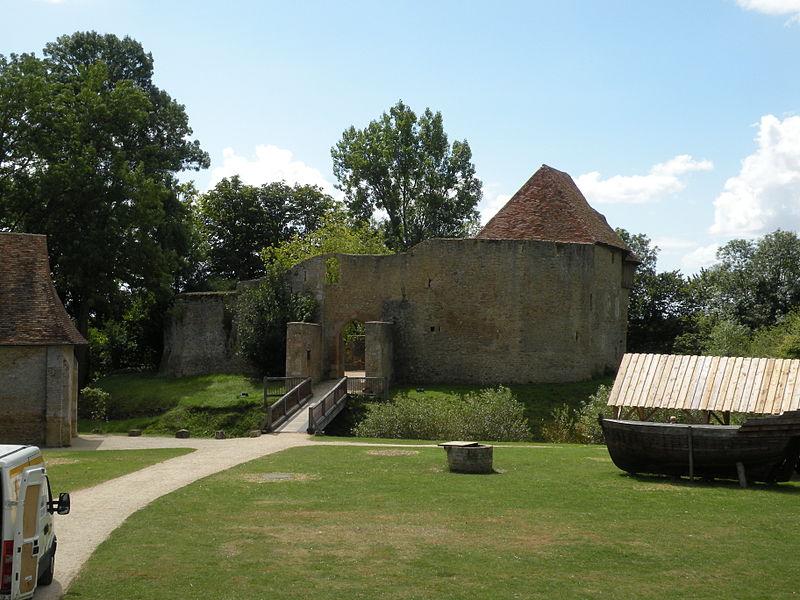 Château de Crèvecoeur By Chatsam CC BY-SA 4.0 via Wikimedia Commons