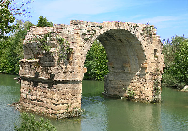 Le Pont Ambroix ou Pont d'Ambrussum Par Dominique PIPET CC BY-SA 2.0  via Wikimedia Commons