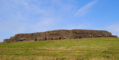 Cairn de Barnenez By Theroadislong CC BY-SA 3.0 via Wikimedia Commons