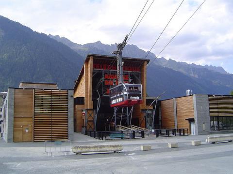 Le téléphérique de l'Aiguille du Midi By AntonyB CC BY 3.0 via Wikimedia Commons