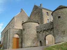 Porte de la ville, Flavigny-sur-Ozerain (source : wiki)