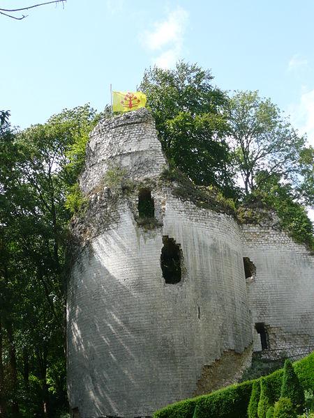 Vestiges du château feodal de Fressin By Zabriskie CC BY-SA 3.0 via Wikimedia Commons