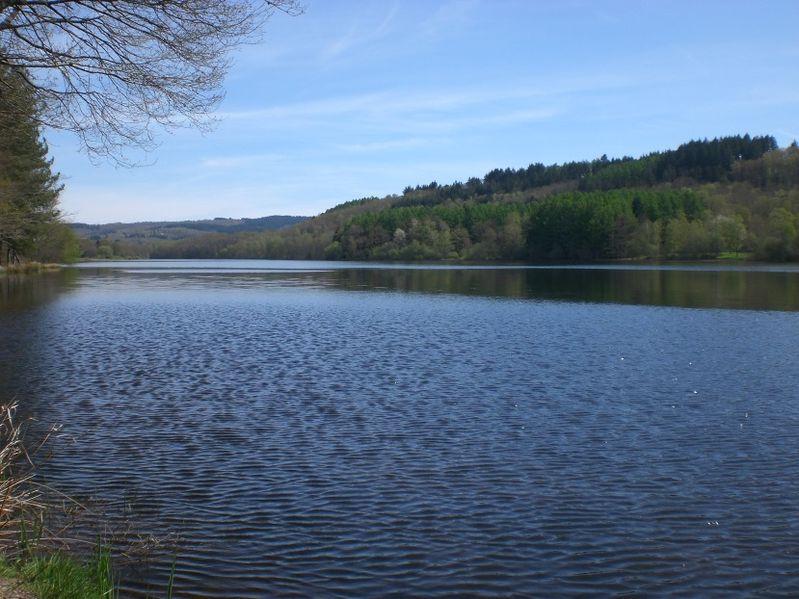 Lac de saint-pardoux par Office de Tourisme CGSP CC BY-SA 3.0  via Wikimedia Commons