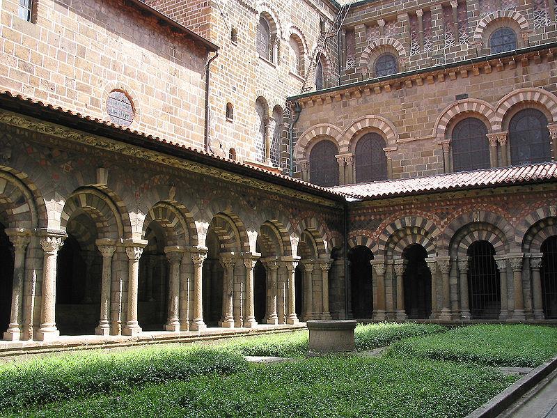 Le Cloître de la cathédrale du Puy en Velay By Jean-Pol GRANDMON CC BY 3.0 via Wikimedia Commons