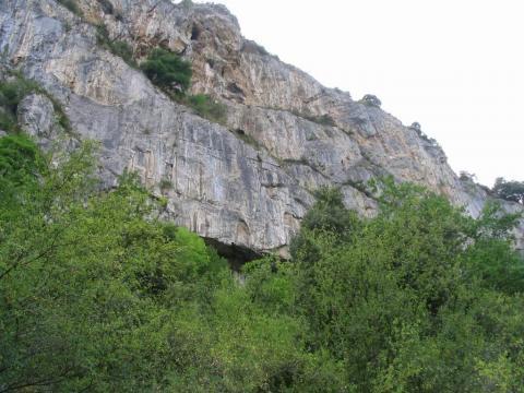 L'entrée de la grotte de Lombrives