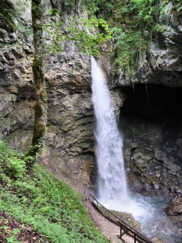 La Cascade et grotte de Seythenex en Savoie