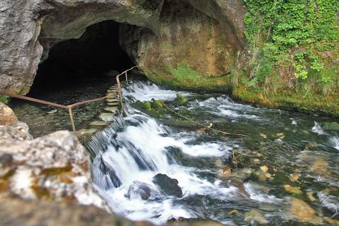 Fontaine de Fontestorbes à Bélesta près de Montségur
