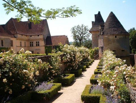 Chateau et Jardins de Losse By TRSL CC BY-SA 3.0 via Wikimedia Commons