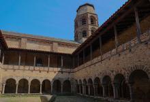 Cloître de l'abbaye de Lavaudieu By Pymouss CC BY-SA 4.0 via Wikimedia Commons